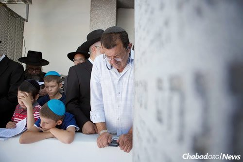 Prayer and meditation at the resting place. (File Photo: Adam Ben Cohen/Chabad.org)