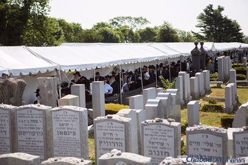 Visitors will wait patiently on line day and night. (Photo: Adam Ben Cohen/Chabad.org)