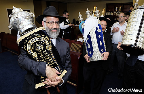 Sassoon entering the synagogue with Torah in tow. (Photo: Deja Views)