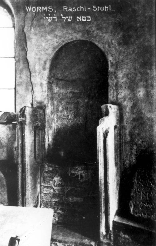 """צילום עתיק של """"כסאו של רש""""י"""". מתוך ארכיון יד ושם"""