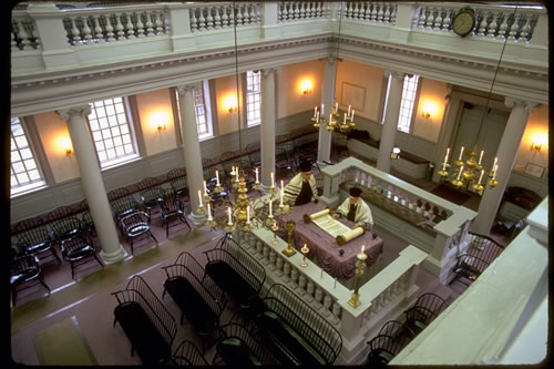 The inside of the synagogue evokes an image of colonial America