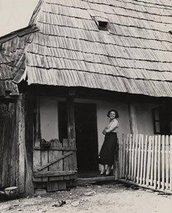 A young woman in the Satu Mare shtetl in Romania. (photo: Roman Vishniac)