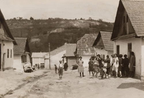 Women and children in the shtetl of Czortkow, Ukraine. (photo: Alter Kacyzne)