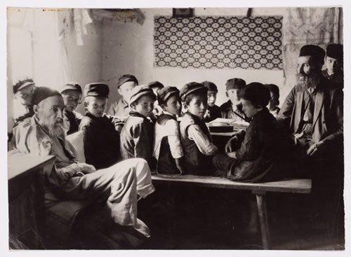 A cheder for boys in Dlugosiodlo. (photo: Alter Kacyzne)
