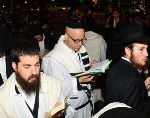 "Reciting ""Kiddush Levanah"" (Sanctification of the Moon) after Yom Kippur. (Photo: Meir Dahan)"