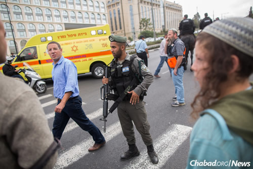 Israeli security personnel at the site where a Jewish teenager was slightly injured in a stabbing attack. (Photo: Yonatan Sindel/Flash90)
