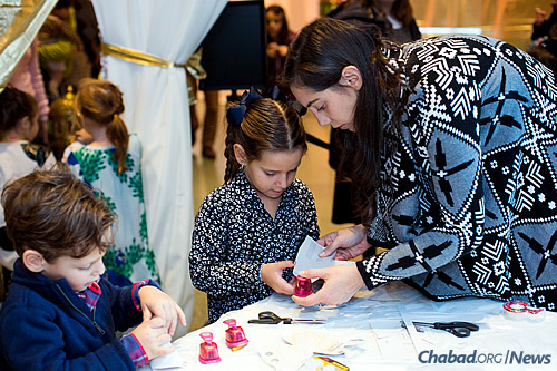 Making Syrian-styled lanterns, complete with electric tea lights. (Photo: Meir Pliskin)
