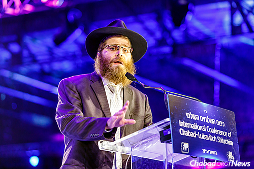 Rabbi Shlomo Chein, co-director of the Rohr Chabad Student Center in Santa Cruz., Calif., served as the dinner's keynote speaker. (Photo: Eliyahu Parypa/Chabad.org)