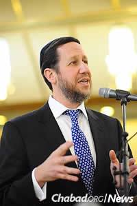 Jewish.tv will be streaming a farbrengen on Tuesday night from Chicago with Rabbi Yitzchok Schochet of London.