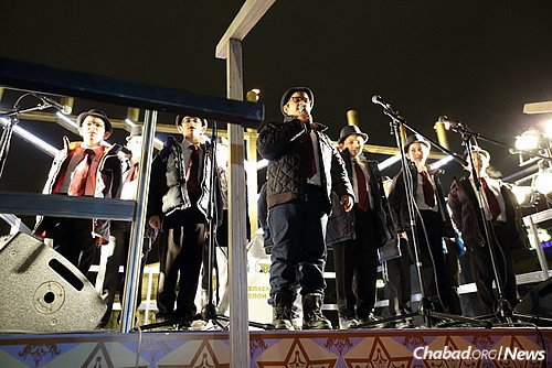The lighting was followed by Chassidic dancing and the Moscow Cheder Menachem Boys Choir.