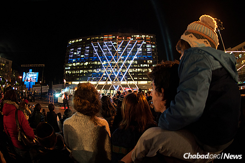 Watching a fire-juggling show and live acrobatics as part of the entertainment. (Photo: Meir Alfasi)