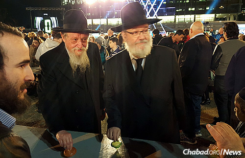 Rabbi Lewin, left, and Rabbi Gerlitzky try their hand at some spinning. (Photo: Meir Alfasi)