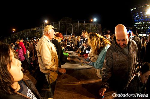 The Guinness World Record for simultaneous spinning dreidels was made in Tel Aviv. (Photo: Meir Alfasi)