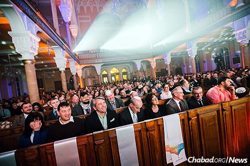 The majestic St. Petersburg Grand Choral Synagogue was transformed into a concert hall for a Chanukah performance by Jewish music star Avraham Fried.