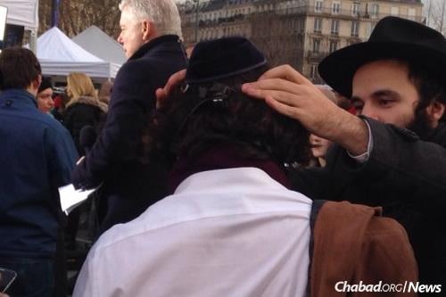 יהודי חובש כיפה לראשו בעת הנחת תפילן