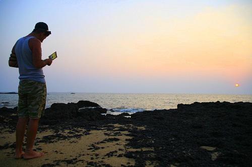 יהודי מניח תפילין בגואה. צילום: מאיר אלפסי