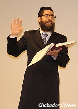 Rabbi Yitzhak Hecht led the study group.