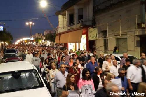 More than 10,000 people filled the streets of Paysandú to march in David Fremd's honor.