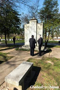 The ceremony took place at the Chevra Kadisha Cemetery. (Photo: Chris J. Cross)
