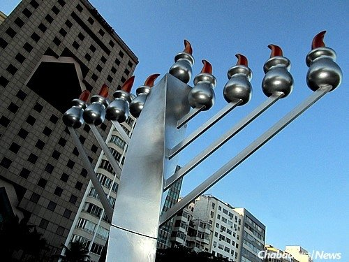 The public menorah in Copacabana Beach in December 2011 (Photo: José Roitberg)