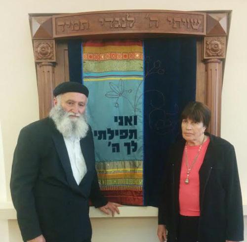 דוד טל ואשתו בבית הכנסת של תמרת