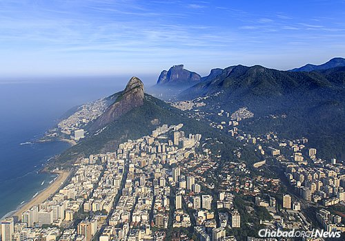 An aerial view of the upscale Leblon neighborhood, where the central Beit Lubavitch Rio De Janeiro is located. (Photo: Wikimedia Commons)