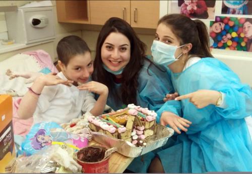עם ילדה חולת סרטן