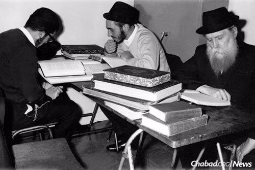 Studying with Reb Zalman at right