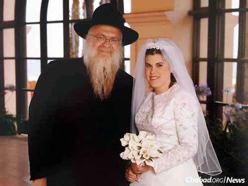 Ella Potash en el día de su boda junto a su padre, el rabino de Jabad Yosef Loschak, fallecido en el año 2014.