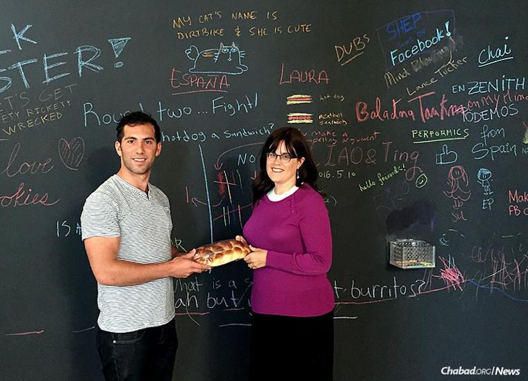 Seth Rosenberg, gerente de producto de la plataforma Messenger de Facebook junto a Ella Potash, co-directora de Jabad de Redwood City, Calif.