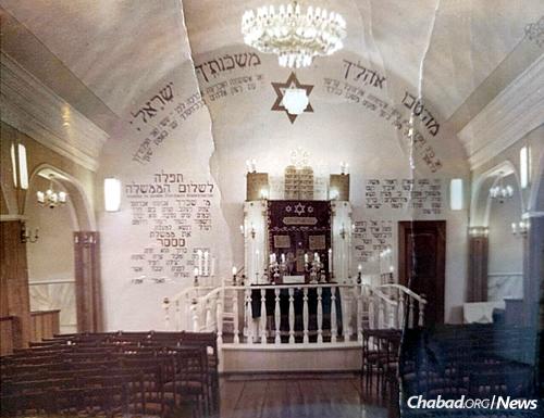 The synagogue's original alcove with its regular parochet