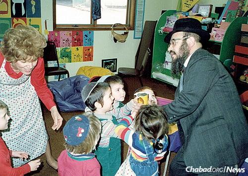 Helping children in the cheder perform the mitzvah of tzedakah.