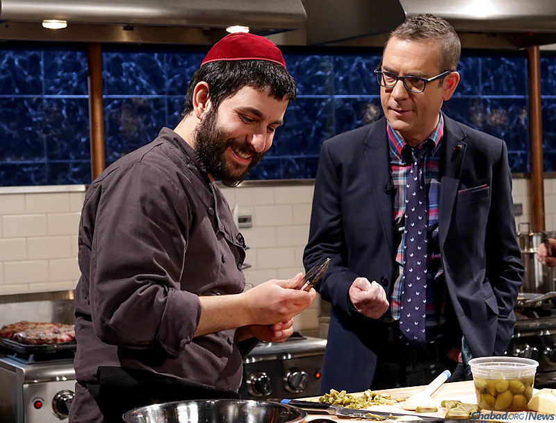 """Rabbi Hanoch Hecht, left, co-director of Chabad Dutchess-Rhinebeck Jewish Center in Upstate New York, talks turkey with Ted Allen, host of the popular Food Network show """"Chopped."""" (Photo: Food Network)"""