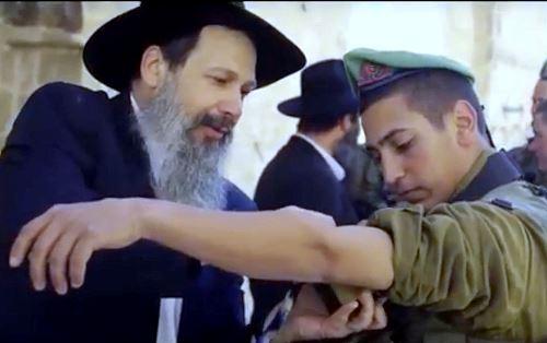 הרב ויקטור עטיה מניח תפילין לחייל