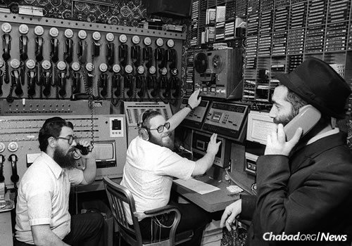 From left: Rabbis Chaim Boruch Halberstam, Yosef Yitzchak (Y.Y.) Kazen and Yonasan Hackner at work in WLCC, Nov. 27, 1980 (Photo: JEM/The Living Archive)