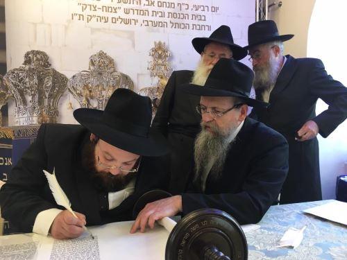 הרב גרליצקי כותב אות בספר התורה השביעי של ילדי ישראל