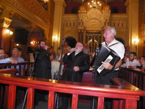 בבית הכנסת המרכזי הגדול ברובע היהודי בקרקוב, עם החזן בן ציון מילר