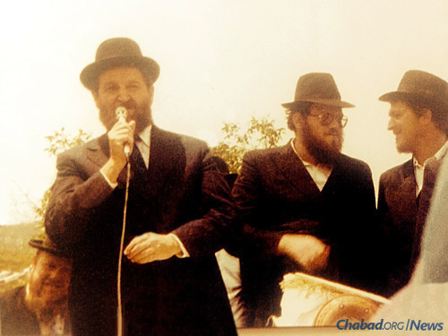 The chief rabbi was a regular at Chabad events in Israel, seen here speaking at the completion of the first unity Torah scroll. From left: Cohen, Rabbi Nathan Yitzchak Oirechman of Akko and Rabbi Moshe Shmuel Oirechman of Chabad of the Krayot.