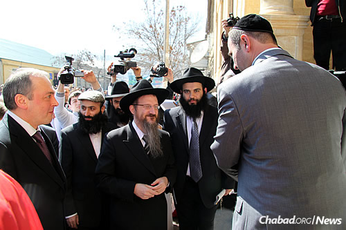 Isakov, second from right, with Russian Chief Rabbi Berel Lazar, center, at the 2010 grand opening of Derbent's synagogue and Jewish center. (Photo: FJC)