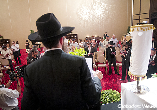 The rabbi address the congregation at the scroll dedication ceremony. (Photo: Nick Sells)