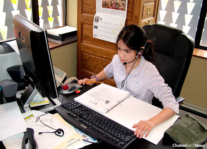 "Mussi Levertov of Santa Fe, N.M., at work in the early days of the Nigri International Shluchim Online School, a virtual educational institution provided by the Shluchim Office for Chabad-Lubavitch emissaries. Now Mussi Sharfstein, she decided to ""give back"" to the school that did so much for her by teaching seventh grade—the grade she was in when the school began."