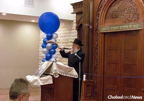 Rabbi Hershel Zaklos, the father of Rabbi Chaim Zaklos, blows shofar in the shul.