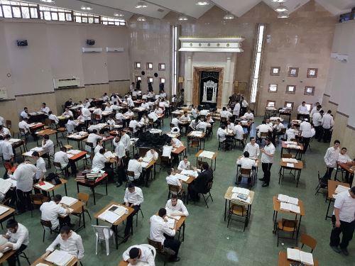 """תלמידים לומדים בישיבה המרכזית בכפר חב""""ד"""