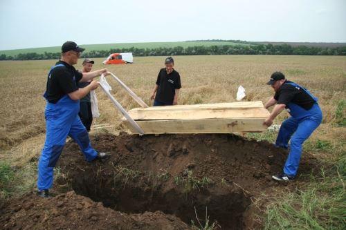 עצמות שנמצאו בקבר אחים מובאות לקבורה
