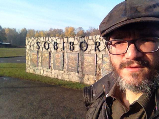 הרב מנחם מענדל סממה בפתח מחנה ההשמדה סוביבור