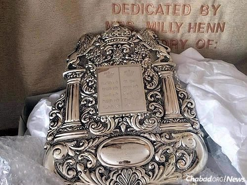 This Torah breastplate was dedicated by the Sillen family.