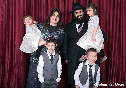 Rabbi Boruch and Chaya Susman, and their children (Photo: Elisheva Golani)