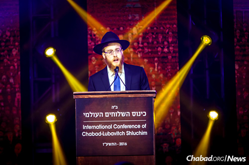 Rabbi Mendel Alperowitz gives the devar Torah at the gala banquet of the International Conference of Chabad-Lubavitch Emissaries. (Photo: Eliyahu Parypa/Chabad.org)