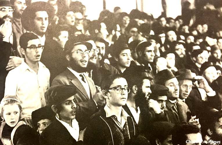 The central Yud Tes Kislev farbrengen in Kfar Chabad, Israel, drew thousands, including high-profile dignitaries from a cross spectrum of Israeli society. The event was also broadcast on the radio and surreptitiously listened to by Jews in the Soviet Union. (Photo: Challenge)