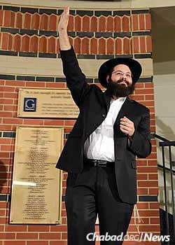 Rabbi Yehoshua Soudakoff at the 2014 Chanukah menorah-lighting at Gallaudet (Photo: Kami Padden)